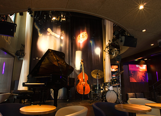 Interior image of stage at Le Duc des Lombards